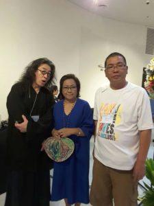 贝岭、王一梁与JO-ANN MAGLIPON 合影。JO-ANN是活跃于70年代的独立记者,菲律宾发行量最大的杂志,YES的主编,同时还担任着拥有23家杂志,15家网站的出版集团的主编。